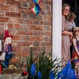 doorstep-portraits-capture-lockdown-life